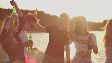 kum saati : Teens on the hot summer party with beer Stok Video
