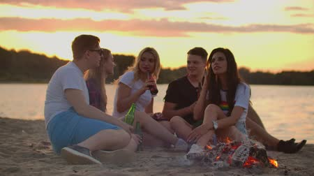 kum saati : Talking on the beach with the best friend Stok Video