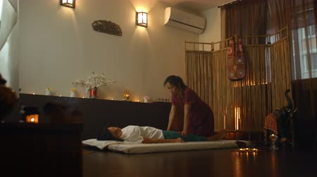 acalmar : Asian Beautiful young Woman Enjoying Relaxing Receiving back Massage and Essential oil aroma therapy in Cosmetology spa Salon center. Body skin care beauty treatment concept