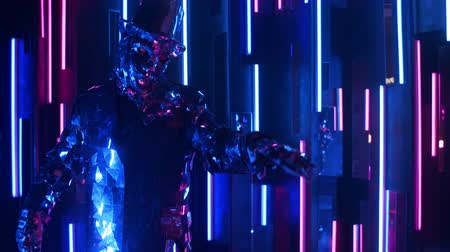 különc : A glittering shiny man in a suit of mirrors dances in the neon light