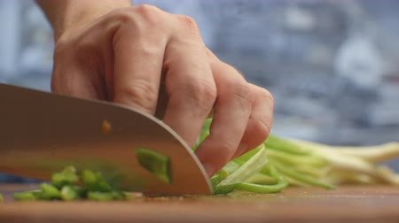 cebolinha : To cut green onions. The cuts green onions on a wooden board. Healthy food.
