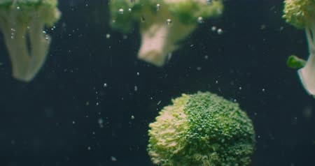 охлажденный : Green fresh broccoli washed in clear water before cooking, slow motion. Стоковые видеозаписи