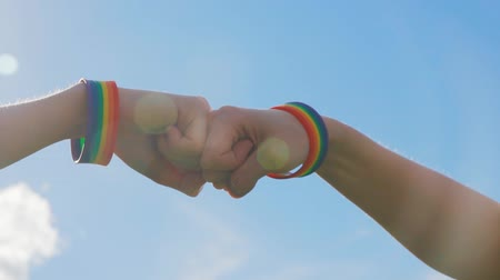 homo : fist-bump lgbt, slow mo, close-up Stockvideo