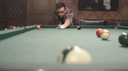 sinuca : a man in glasses plays billiards Stock Footage