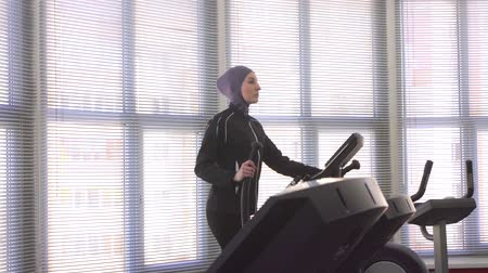 woman in hijab on step simulator Wideo