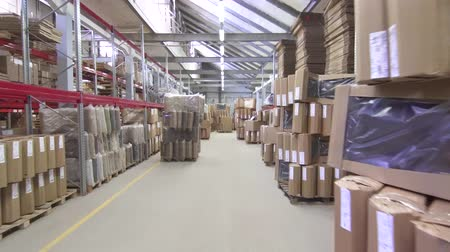 распределение : large commercial warehouse with boxes and shelves