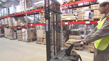 warehouse worker on forklift transporting cargo Wideo