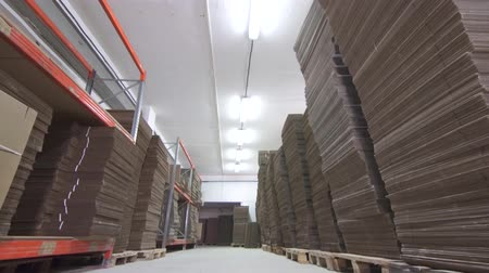 caixa de correio : view warehouse with stacks of folded brown cardboard