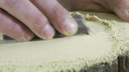 sierra circular : hand of a carpenters man in a shirt grinding a tree macro Archivo de Video