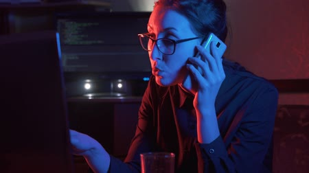 пират : girl at the computer talking on the phone