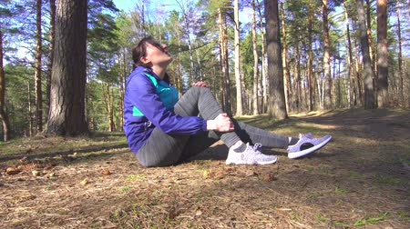 штамм : girl Leg injury on the running training, stretching Стоковые видеозаписи