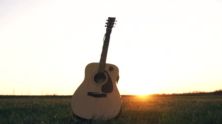 strum : acoustic guitar in the field