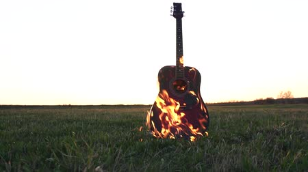 освещенный : Burning acoustic guitar on fire Стоковые видеозаписи