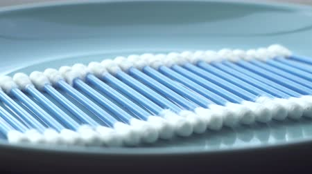 абсорбент : blue cotton Stiks rotation on the blue plate macro Стоковые видеозаписи