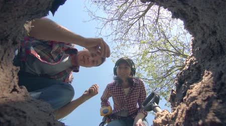 sensível : girl and the man treasure hunters found the treasure