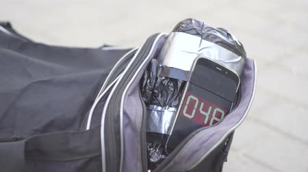 megolvad : bag with a bomb on the street, a ticking timer Stock mozgókép