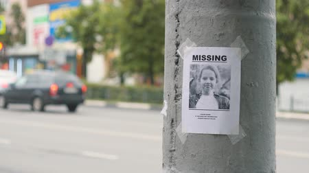 испуг : leaflet about the missing child hanging on a pole