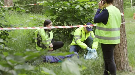 matar : male criminalist at work,policemen in green uniform,the murder in the Park
