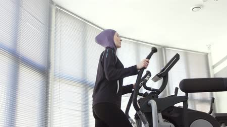 çuval : portrait of a sports girl in a hijab on a step simulator, fitness muslim