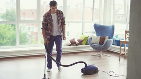 mosás : Man vacuuming and dancing