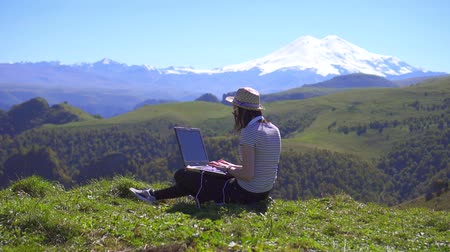 столовая гора : Girl is a blogger with a laptop on a mountain,slow mo