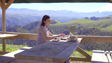 столовая гора : Girl freelancer works remotely on a laptop in the mountains