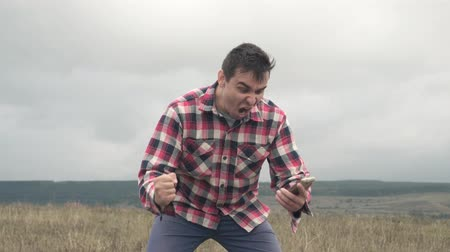 pánik : Angry man using phone and shouting