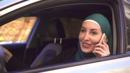 malajské : Portrait muslim businesswoman in hijab in the car and talking on the phone