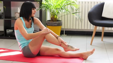 diz : sporty young woman having knee pain at fitness Stok Video