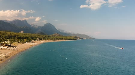 denizciler : Aerial drone shot of the ocean, beach and mountain coast in Antalya, Kemer, Turkey Stok Video