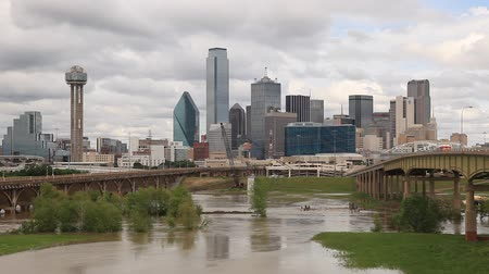 powódź : Skyline of Dallas downtown with the Trinity river in the foreground. Texas, USA