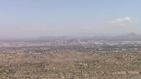 száraz : Phoenix Arizona pollution. Zooming in showing dense pollution hovering over  the city in the desert Stock mozgókép