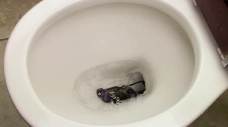 tuvalet : Cell phone accidentally dropped into a toilet bowl.