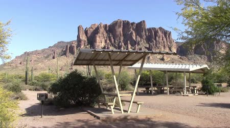 piknik : Picnic area in Lost Dutchman State Park, Arizona with the scenic Superstition Mountains in the background. Stok Video