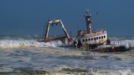 namibya : Shipwreck fishing trawler stranded in waves of sea on shore. Atlantic Ocean, Skeleton Coast, Namibia, Africa.