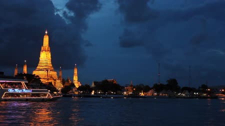 Таиланд : Sailing boat passes in front of the pagoda
