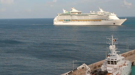 barbados : Cruise liner on way to port. Bridgetown, Barbados