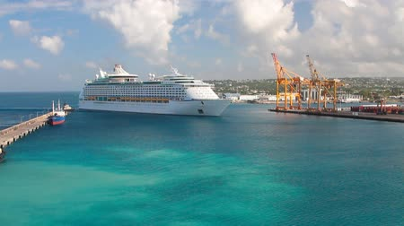 Cruiseschip komt binnen in het havengebied. Bridgetown, Barbados Stockvideo