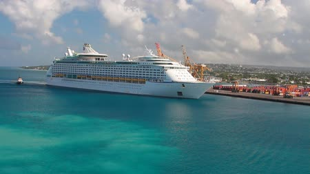 Het cruiseschip komt aan in de haven. Bridgetown, Barbados