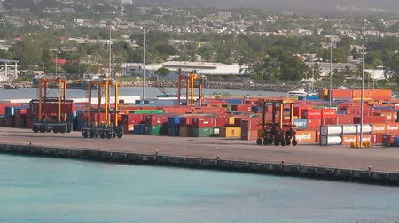 Containerterminal in de haven. Bridgetown, Barbados Stockvideo