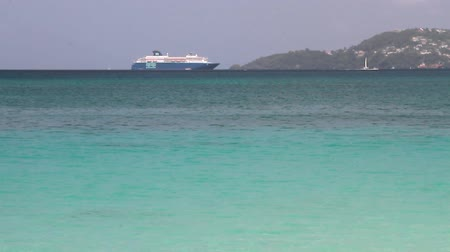 лайнер : Caribbean Sea and cruise liner on raid. St. Georges, Grenada