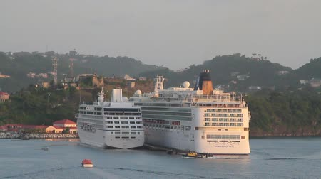 Cruisevoeringen bij parkeren in de haven. St. George's, Grenada Stockvideo