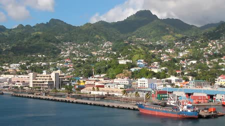 Stad en haven aan de kust van tropisch eiland. Kingstown, Saint Vincent en de Grenadines Stockvideo