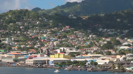 Stad en bergen aan de kust. Kingstown, Saint Vincent en de Grenadines Stockvideo
