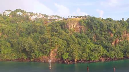 Steile kust van tropisch eiland. Kingstown, Saint Vincent en de Grenadines Stockvideo