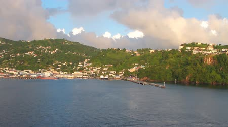 Haven en stad op bergachtige kust. Kingstown, Saint Vincent en de Grenadines