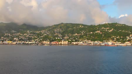 Baai, kust, stad en bergen. Kingstown, Saint Vincent en de Grenadines Stockvideo