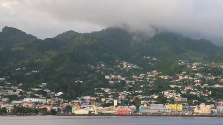 Stad aan kust en bergen. Kingstown, Saint Vincent en de Grenadines