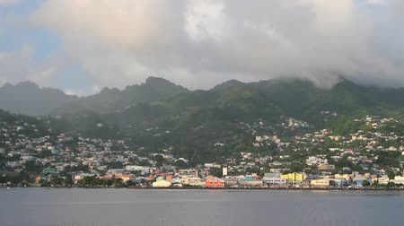 Zeekust, stad en bergen. Kingstown, Saint Vincent en de Grenadines