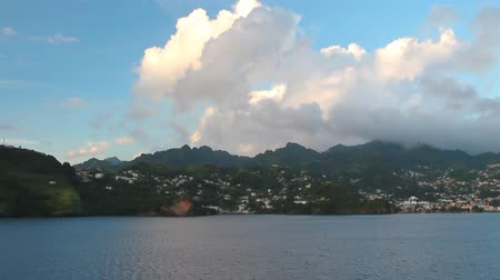 Zee, tropisch eiland en wolken. Kingstown, Saint Vincent en de Grenadines
